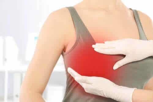 Bröstsmärta efter plastikkirurgi: Varför gör det ont?