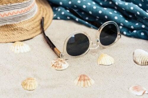 skydda ögonen under sommaren: solglasögon i sand