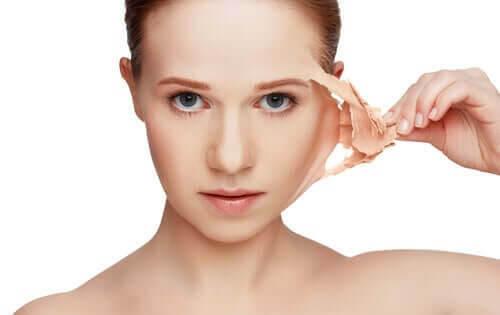 Huden har minne: kvinna skalar av hudlager