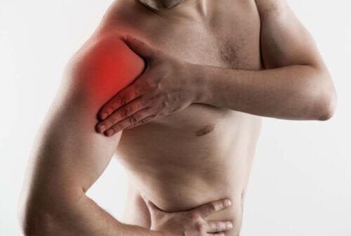 man med tendonit i skuldran