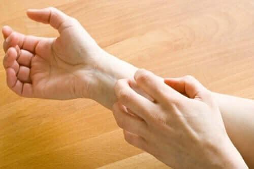 person kliar sig på armen