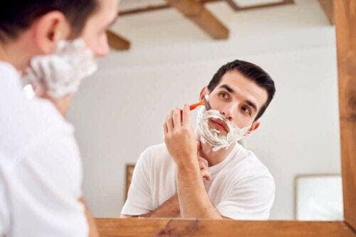 fel vid rakning: man rakar sig