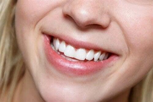 kvinna med Känsliga tänder