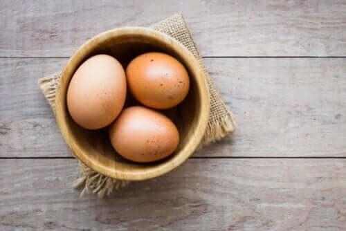 Tre bruna ägg i en skål.