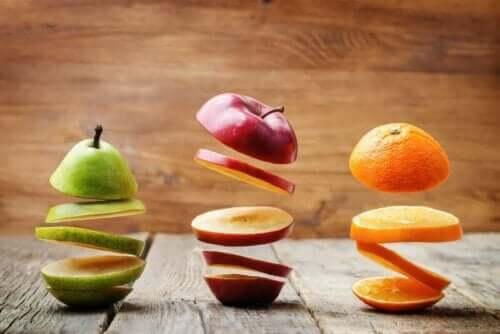Olika sorters frukt skurna i spiral.