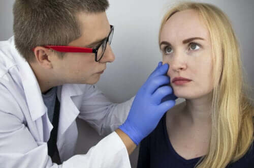 läkare undersöker kvinnas ögon