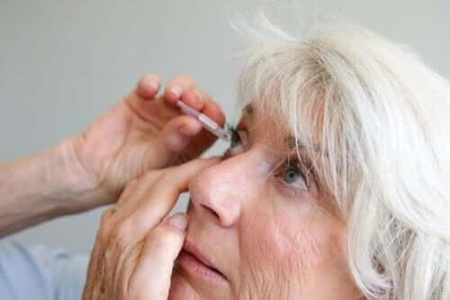 kvinna får behandling mot Inflammation av druvhinnan