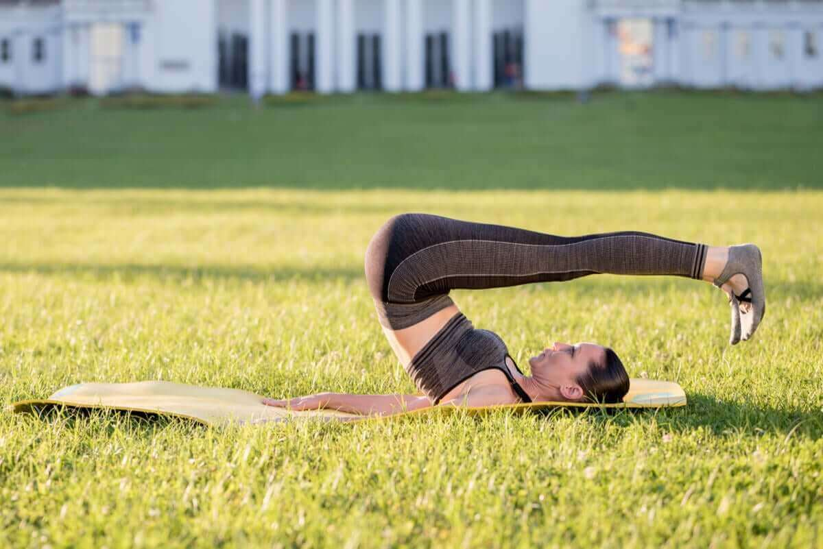 kvinna gör pilatesövningar för nybörjare