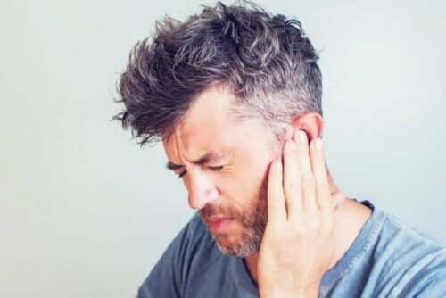 man med ont i örat