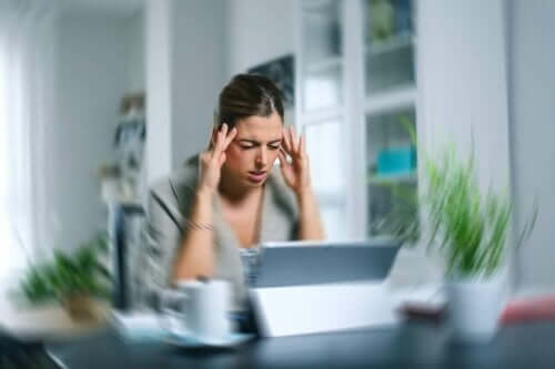 kvinna med symptom på yrsel