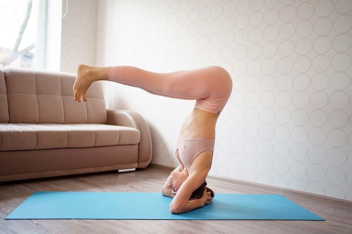 Pilatesövningar på avancerad nivå: huvudstående