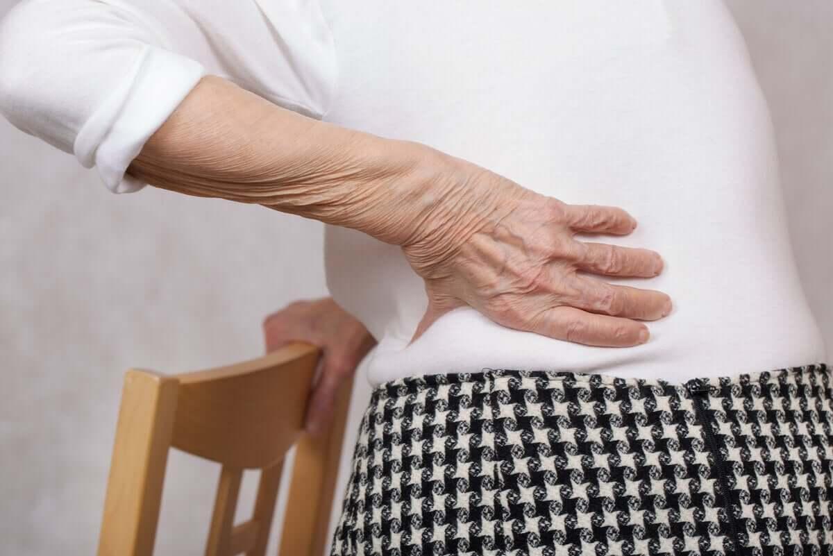 äldre person med Lumbago smärta i korsryggen