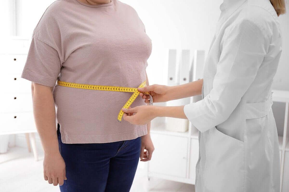 läkare mäter person över buken