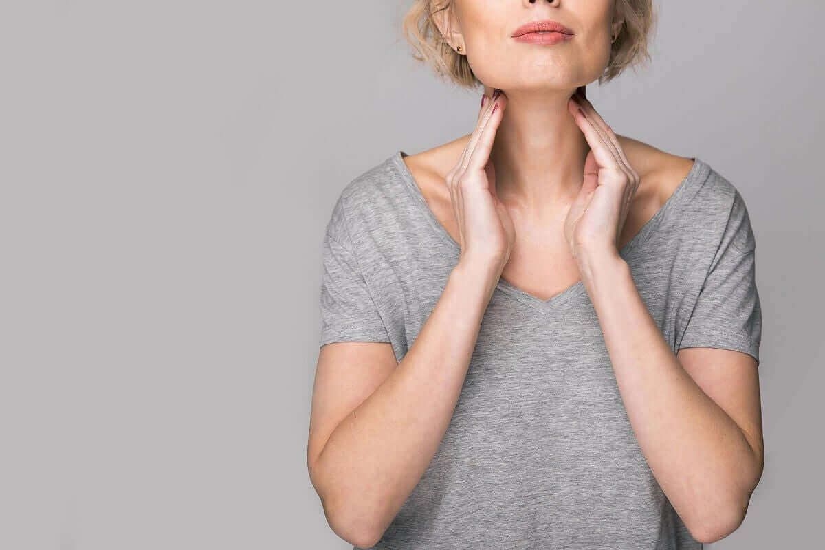 sjukdomarna i stämbanden: kvinna känner sig på halsen