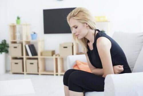 kvinna med Reflux av magsyra