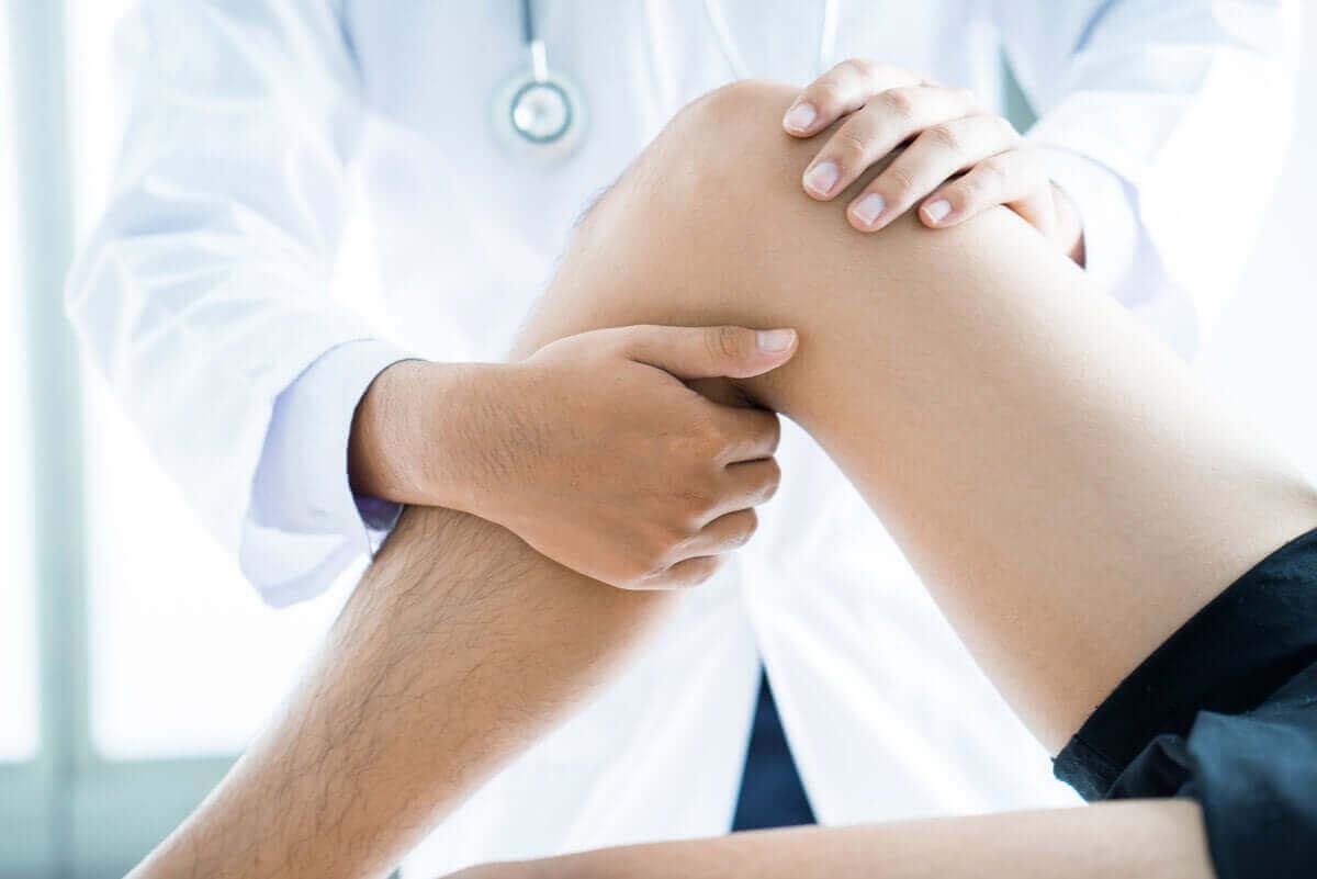 läkare undersöker Ödem i benmärgen