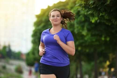 behandling av hyperinsulinemi: kvinna springer