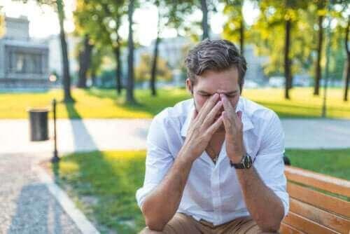 rinit och astma: man håller sig för näsan
