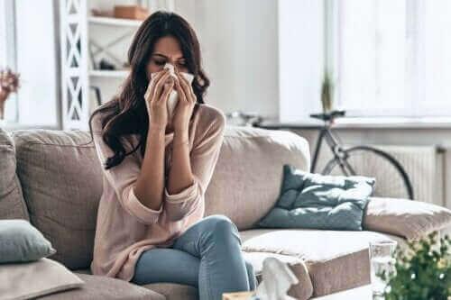 rinit och astma: kvinna snyter sig