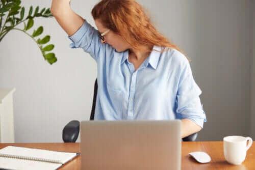 Vad är orsaken till en stark kroppslukt?