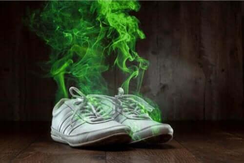 en stark kroppslukt från skor