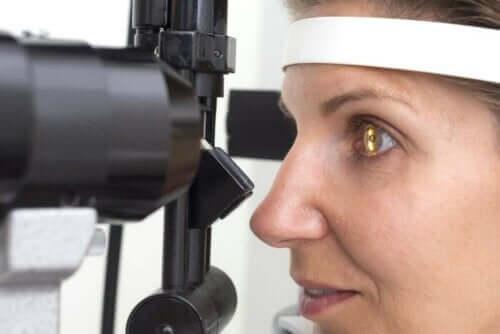kvinna undersöks för Retinitis pigmentosa