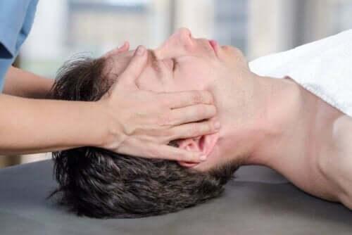 person får massage av Förskjutning av käkleden