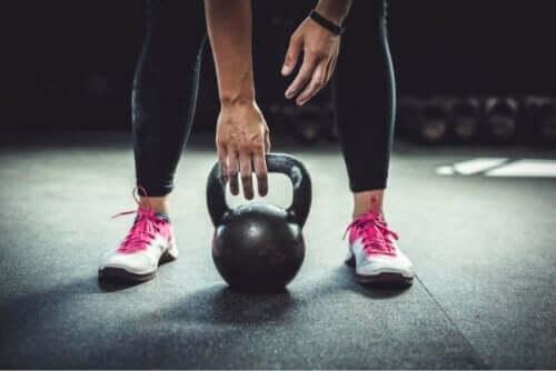 Övningar för skolios: kvinna med vikter
