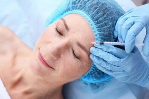Injektion i pannan med botox.