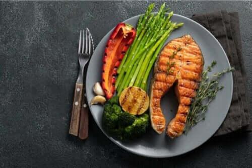 ketogen måltid med lax och grönsaker