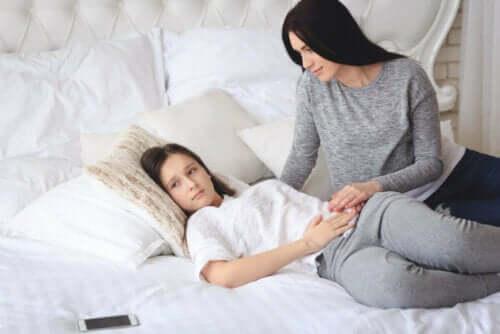 Kvinna hjälper sin dotter med magont.