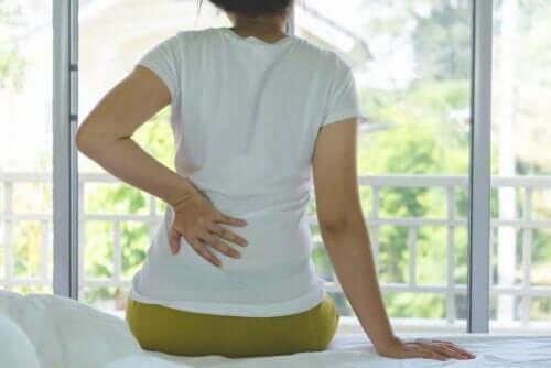 Kvinna med ont i nedre delen av ryggen.