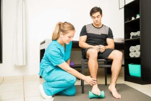 Person med fotskada på rehab.