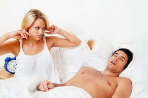 Hantera sömnapnè: En man som snarkar.