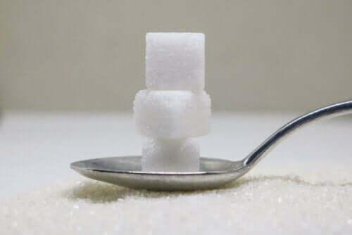 Sockerbitar på sked