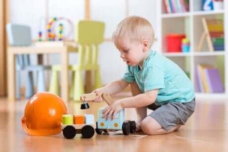Ett barn leker med en lastbil.