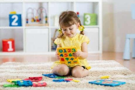 En flicka leker med ett sifferpussel.