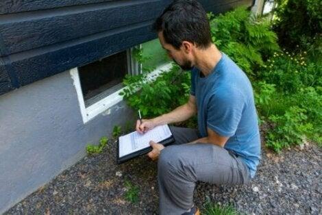 Husinspektör inspekterar grunden på ett hus.