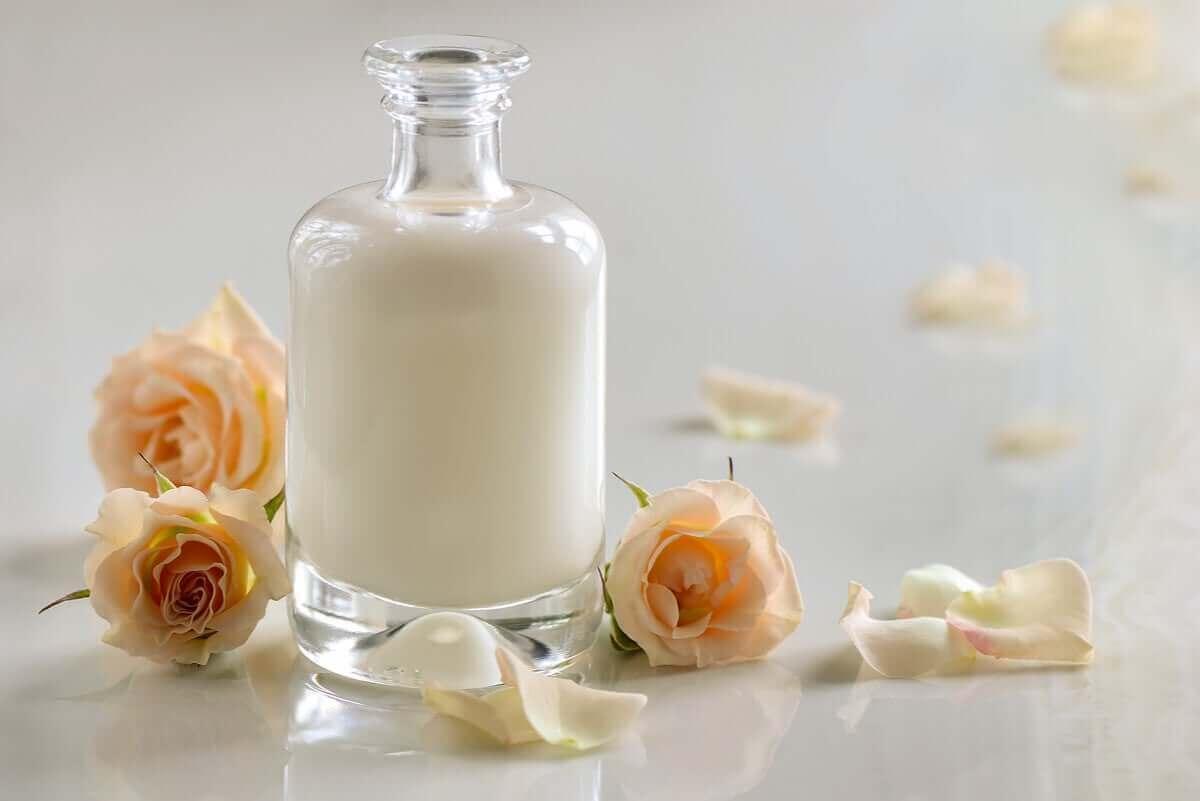 Ansiktsmasker med kärnmjölk i flaska
