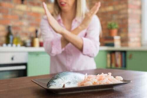 Allergi mot skaldjur: Symptom och behandling