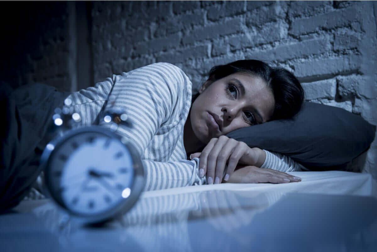kvinna med ångest på natten