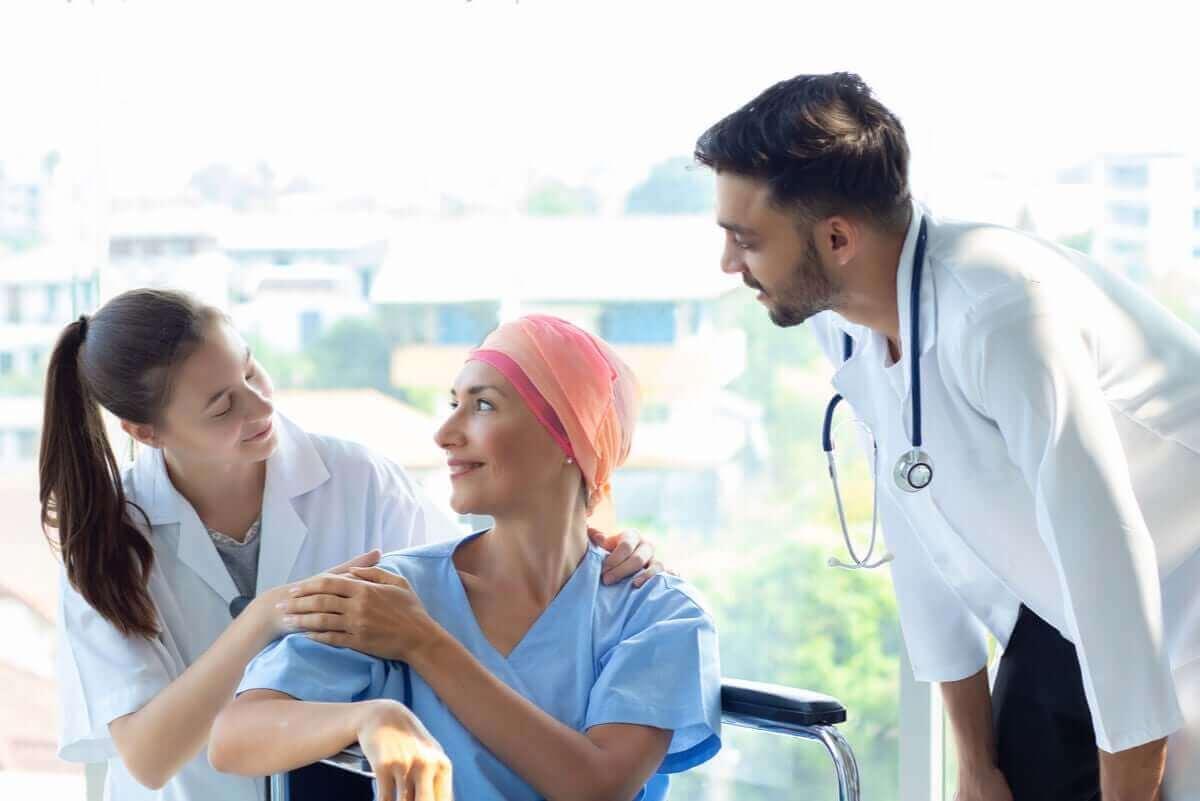 kvinna med cancer får behandling