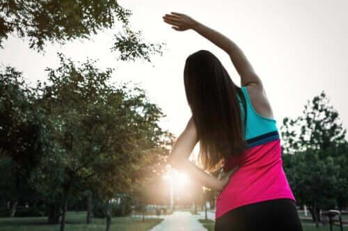 kvinna utför Dynamiska stretchövningar