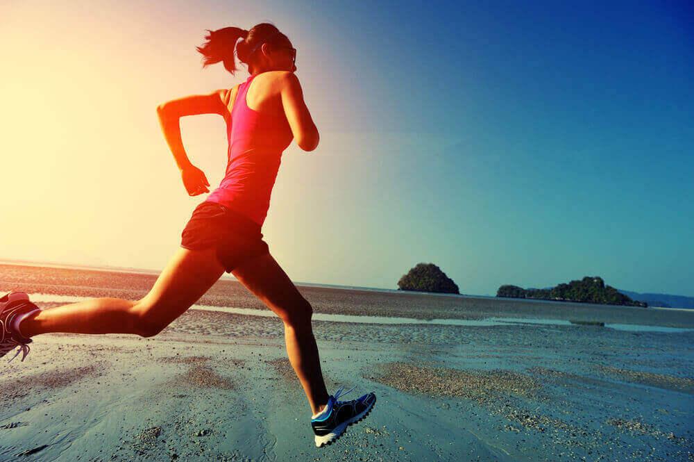 kvinna gillar att springa på stranden