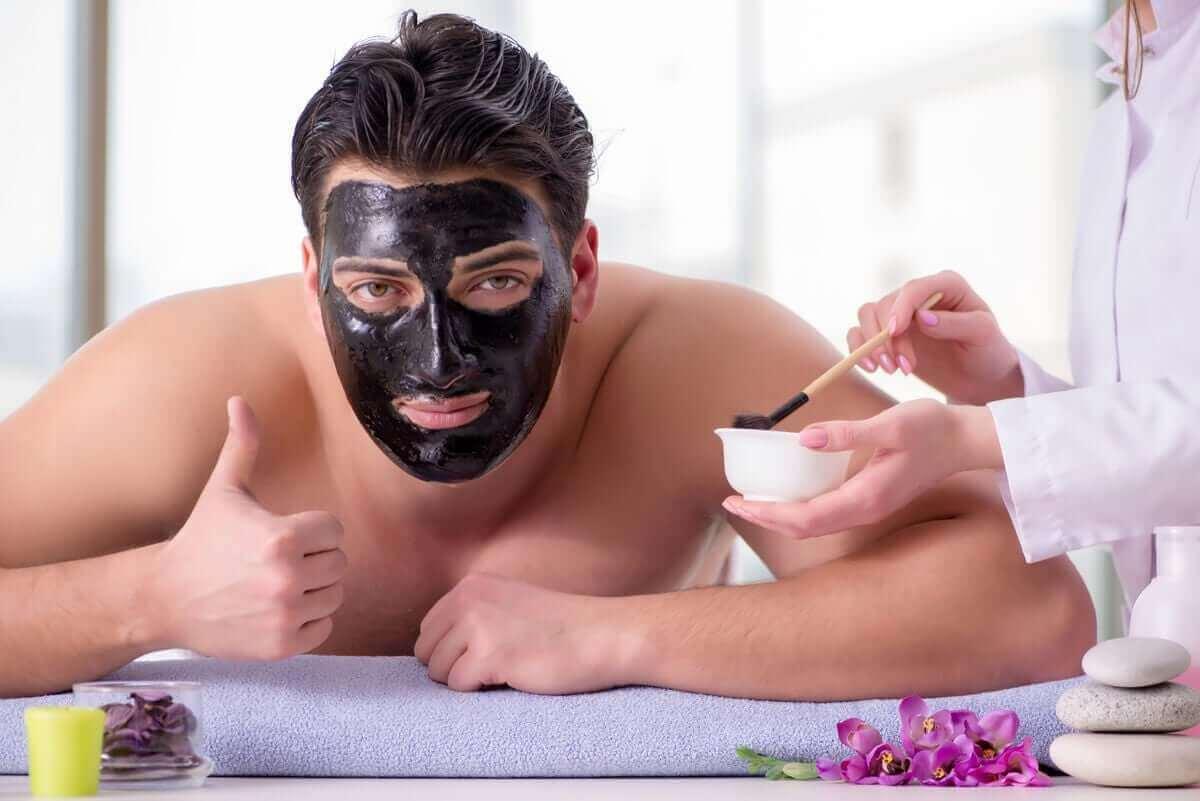 man med ansiktsmask