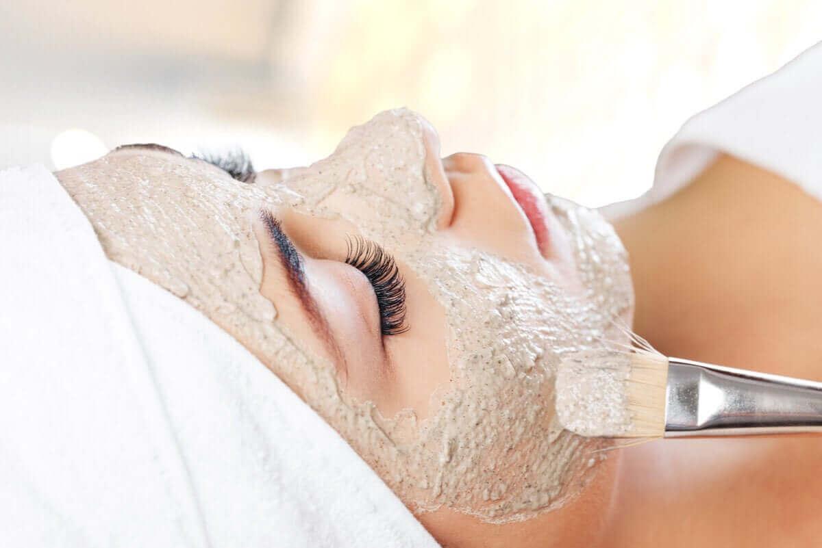 ansiktsmasker på huden på kvinna
