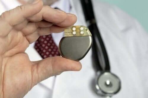 läkare håller upp pacemaker