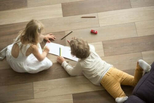 för- och nackdelar med trägolv: barn ritar på golv
