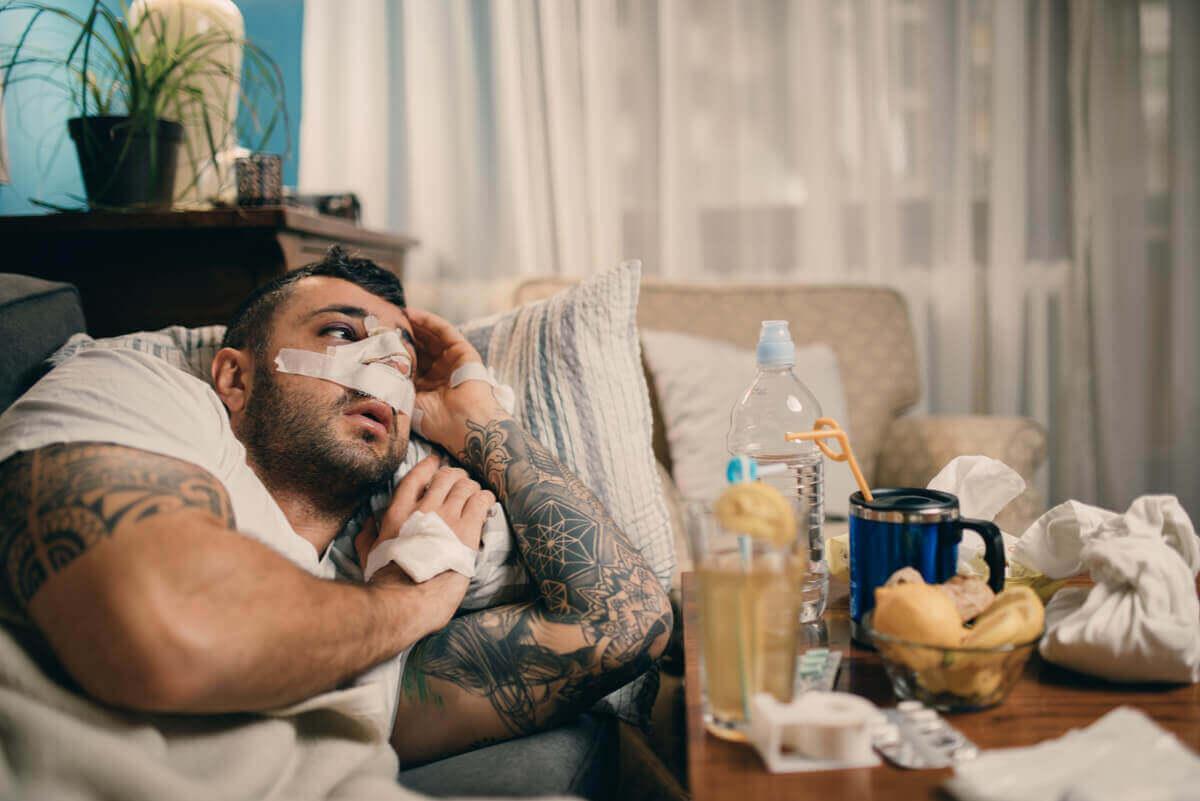 man som återhämtar sig efter näsoperation