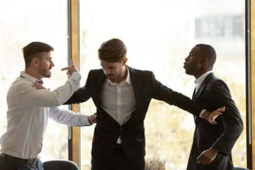 man hanterar raseriutbrott mellan två andra män